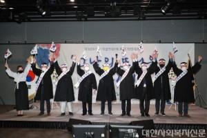 (사진3) 이석영뉴미디어도서관에서 만세삼창.JPG